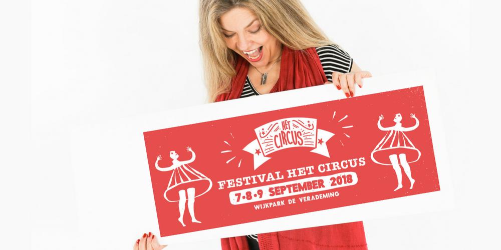 Christine Terwiel met banner Circus